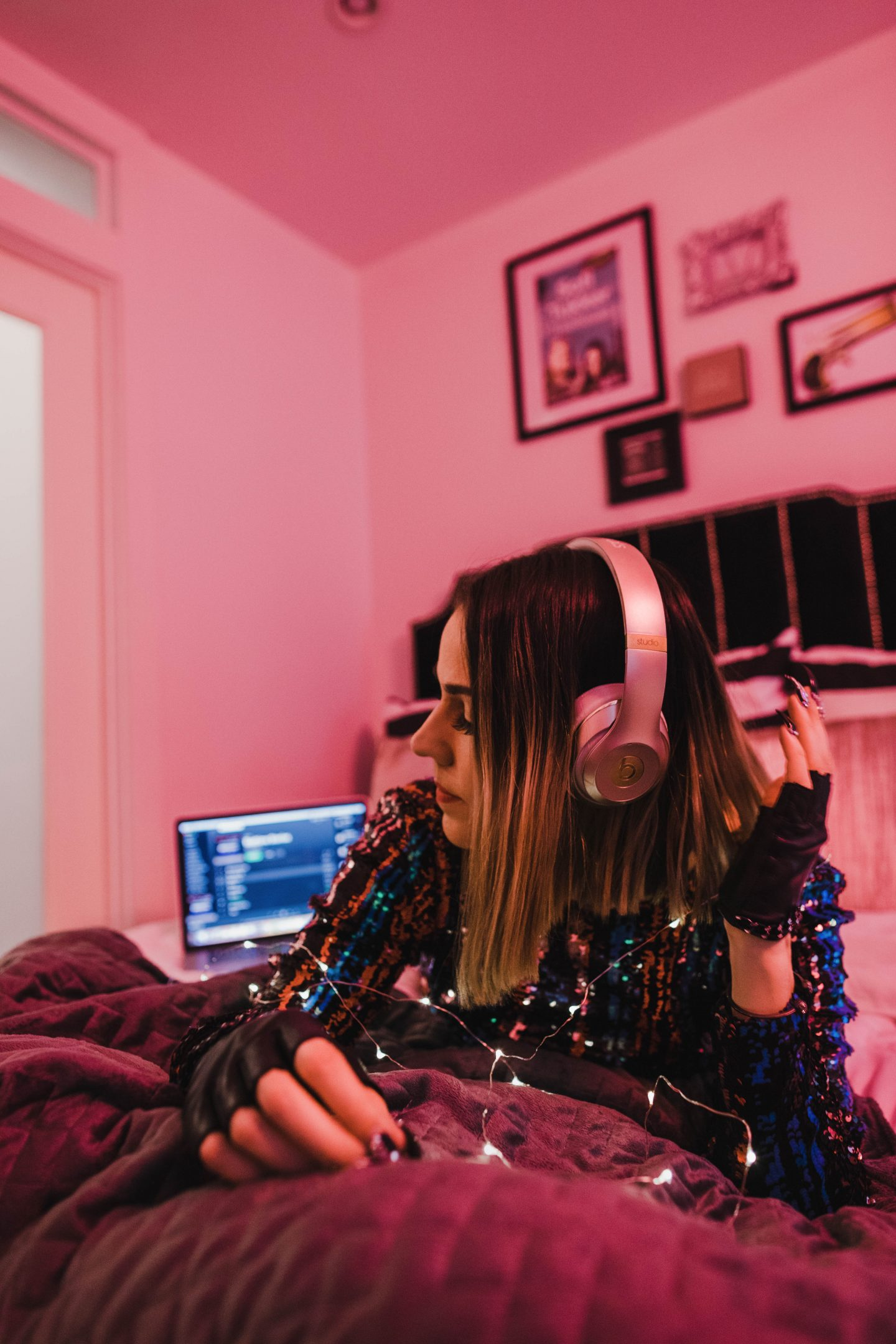 Dress The Population Lola Sheath x Rent The Runway x Neon Lights x Holiday Playlist x Cool Girl Home Interior Inspo